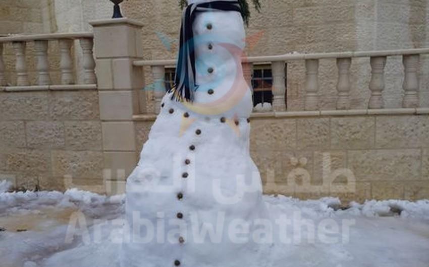 بالصور || هكذا عبر بعض الاشخاص عن فرحتهم بالثلوج بصنع رجل الثلج (Snowman)