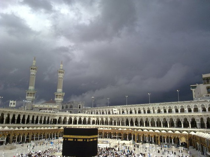 بالفيديو مكة المكرمة تبدأ يومها بجولة من الأمطار الغزيرة طقس العرب