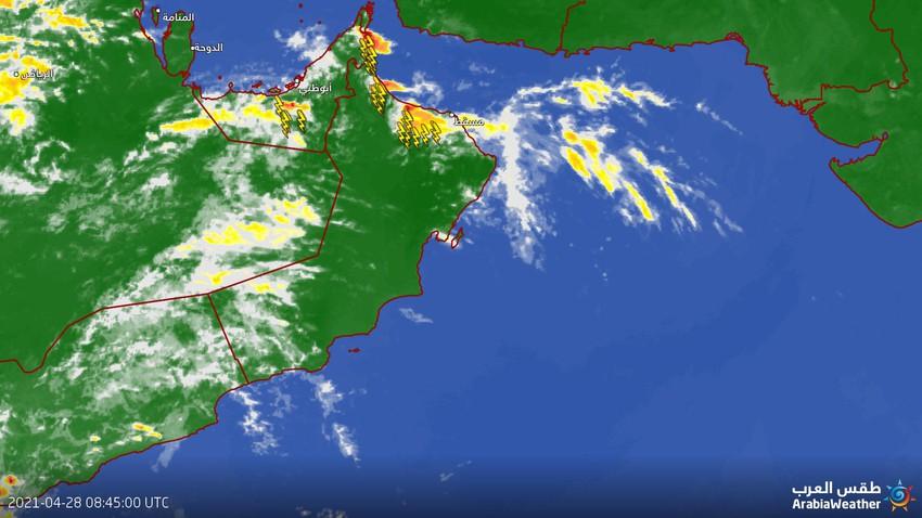 عُمان  - تحديث الساعة 12:00 ظُهراً  : حزام من السُحب الرعدية يؤثر على سلسلة جبال الحجر
