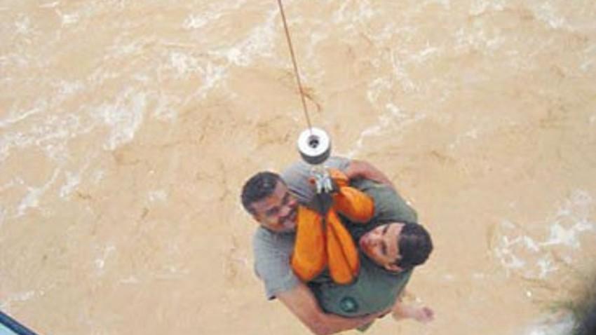 بالفيديو | مشاهد تحبس الأنفاس لأنقاذ مواطنين عالقين وسط السيول في سلطنة عُمان