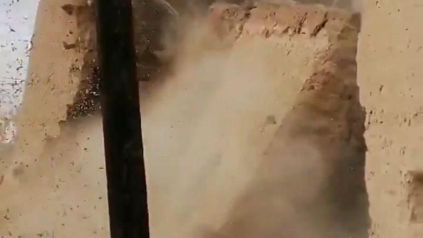 بالفيديو   لحظة سقوط أحد المباني القديمة في الأفلاج بسبب غزارة الأمطار