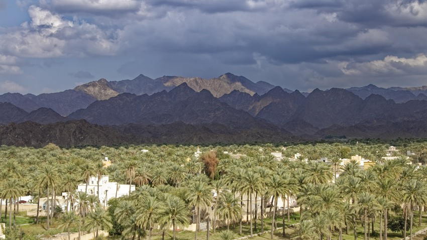 سلطنة عُمان | استمرار تشكل السحب الركامية على أجزاء من جبال الحجر وتركزها في هذه المناطق الأيام القادمة