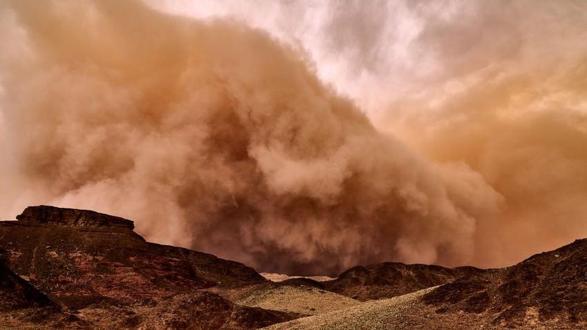 عاجل وبالفيديو | غبار كثيف الآن يتسبب بسلسلة حوادث مروعة جنوب الأفلاج واغلاق تمام للطريق .. يارب سلم