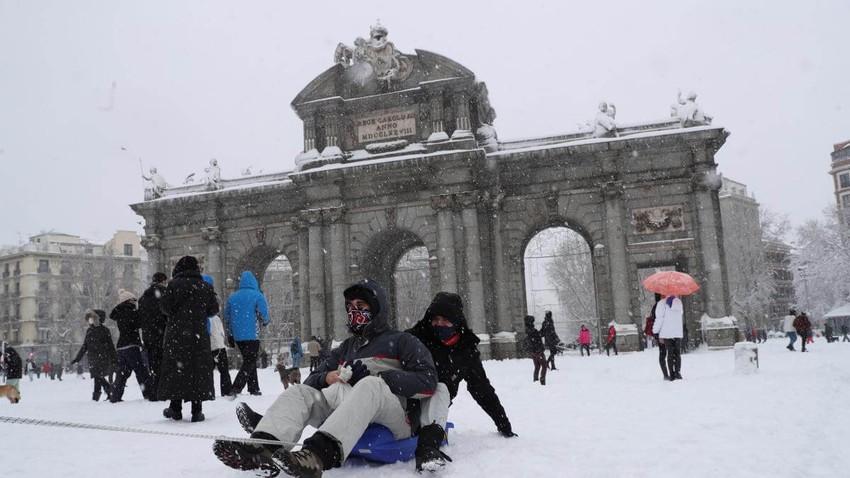 ثلوج كثيفة غطت مدينة مدريد ومشاهد طريفة لمتزلجين في شوارع المدينة