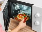 Est-il sécuritaire de se tenir devant des fours à micro-ondes tout en chauffant des aliments?