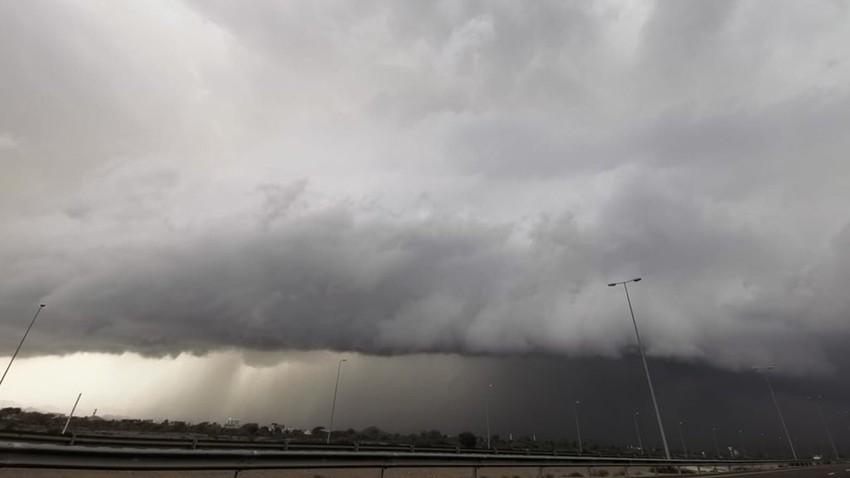 بالفيديو | سحب رعدية وأمطار غزيرة مترافقة بالرياح الهابطة على أجزاء من سلطنة عُمان الان