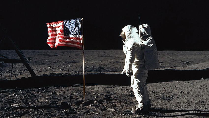 """كيف ظهر عَلَم """"أبولو 11"""" يرفرف في الفضاء  بالرغم من عدم وجود هواء على سطح القمر"""