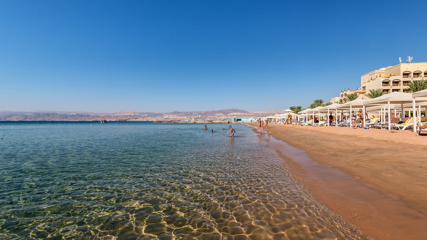 أشهر شواطئ مدينة العقبة المطلة على البحر الأحمر