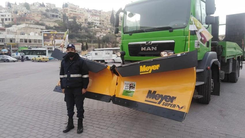 بالصور || ادارة السير تنشر آلياتُها المُزودة بكاسحات في مناطق مختلفة من العاصمة عمّان