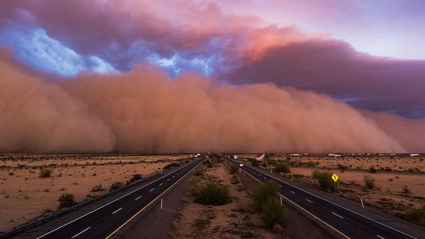 بالفيديو | شاهد لحظة دخول العاصفة الرملية لأجواء حفر الباطن عصر الإثنين