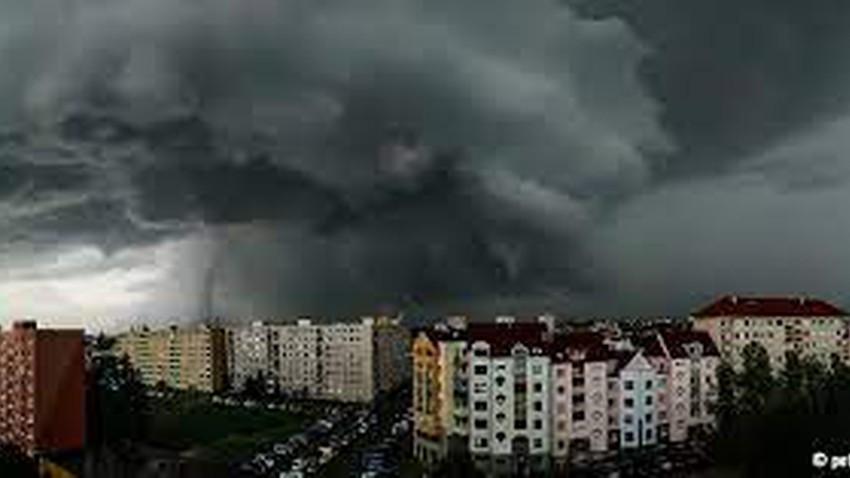 شاهد | لحظة اجتياح إعصار ضخم جنوب التشيك وآثار الدمار الذي خلفه