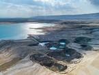 ما سبب تشكل الحفر الخسفية الخطيرة (Sinkholes) حول البحر الميت، وما مدى خطورتها؟!