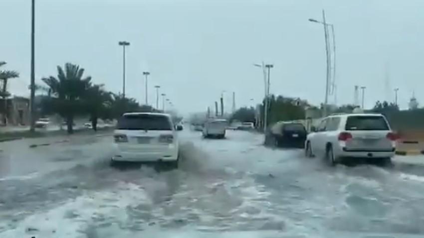حفر الباطن | الأمطار ترفع مستوى منسوب المياه في طرقات حفر الباطن .. شاهد الفيديو