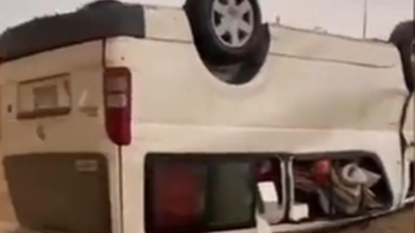 بالفيديو | اعصار قمعي يقلب مركبة ويهدم سوراً ويُلحق أضراراً في جزيرة فرسان!