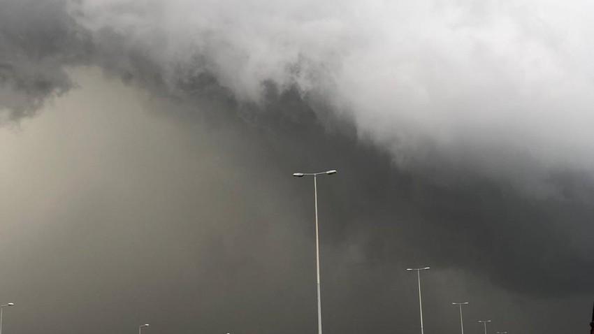 بالفيديو - 1:30م | رياح هابطة وعواصف رعدية ماطرة تؤثر على ولاية بهلاء في سلطنة عُمان الان