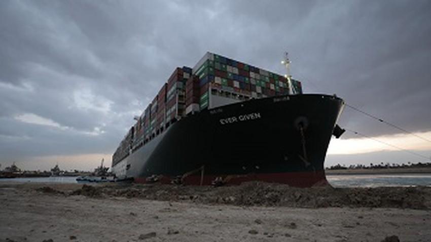 بدء تعويم السفينة العالقة وتعديل مسارها بنسبة 80%