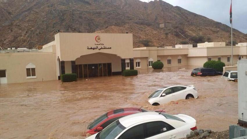 بالفيديو   أمطار غزيرة مفاجئة تغرق بعض طرق وأحياء العاصمة العمانية قبل قليل