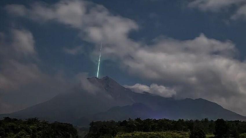 وميض غريب من الضوء الأخضر تم رصده فوق بركان اندونيسي أثناء ثورانه