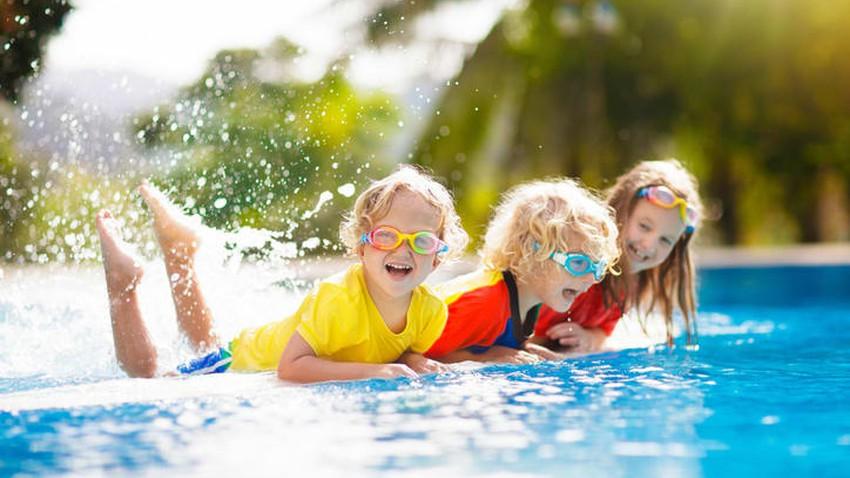 10 أفكار لألعاب مائية ممتعة للأطفال في بركة السباحة