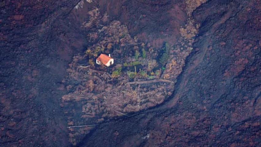 """""""المنزل المعجزة"""".. ينجو وحيدا في مجرى تدفقات حمم بركان جزيرة لابالما الاسبانية"""