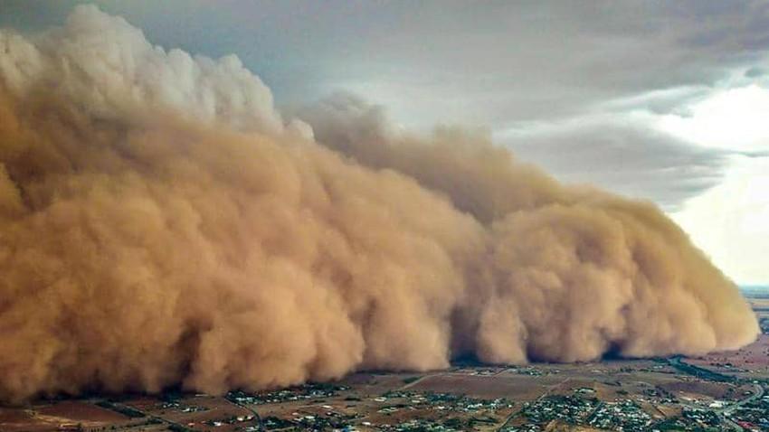 عاجل - بالفيديو | عاصفة رملية قوية تضرب الرياض والرؤية الأفقية تقترب من الصفر!