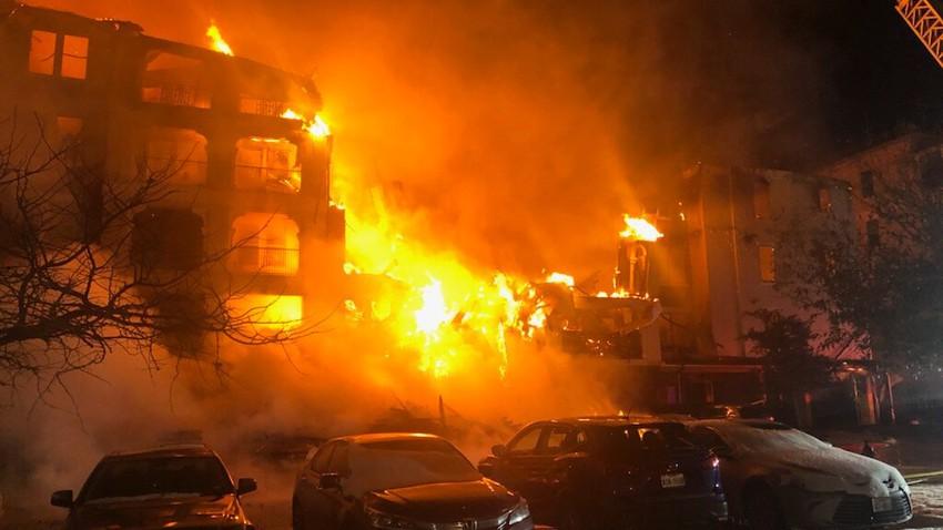بالفيديو | حريق هائل وكارثة اضافية يعيشها سكان ولاية تكساس بسبب العاصفة الشتوية
