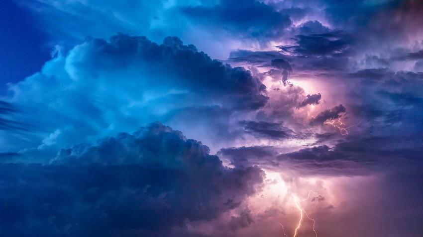 بالفيديو | بروق ماتفصل .. عواصف رعدية شديدة وامطار غزيرة تؤثر على الظفرة في ابوظبي