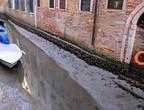 بالفيديو | القنوات المائية الشهيرة في مدينة البندقية فارغة تقريبا من المياه