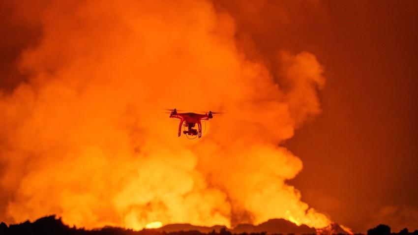 شاهد لحظة احتراق طائرة مسيّرة بعد اقترابها من الحمم البركانية المتفجرة من فوهة بركان في ايسلندا