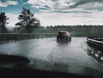 """ارشادات للسائقين للتعامل مع خطر الانزلاق على الطرقات عند """"الشتوة الأولى"""""""