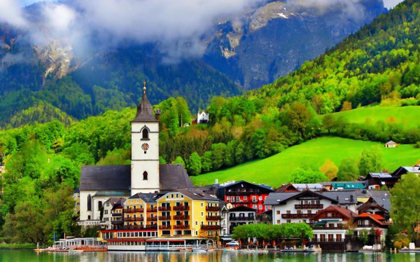 النمسا: أحد دول أوروبا الوسطى، تتميز بالمروج الخضراء والطبيعة الخلابة