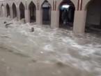 بالفيديو : سيل جارف يجتاح سوق تجاري وسط مسقط ويجرف عدد من الأشخاص