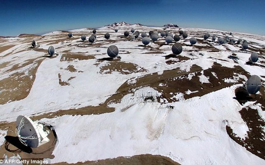 بالصور : بشكل لا يُصدق .. تساقُط الثلوج بكثافة على أجف صحراء في العالم