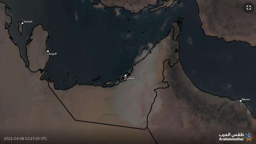 شاهد | الضباب يُغطي مساحات واسعة من الإمارات صباح الخميس