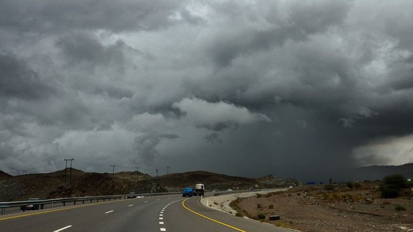 سلطنة عُمان | سُحب رعدية وأمطار غزيرة مصحوبة بزخات البرد على جبال الحجر في ثاني أيام عيد الفطر السعيد