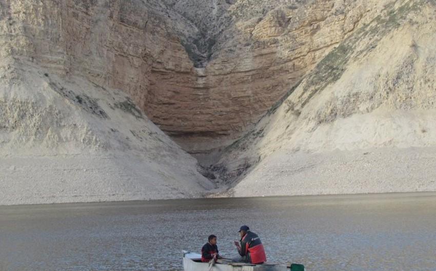 بعض الأشخاص يستخدمون مياه السد لصيد الأسماك