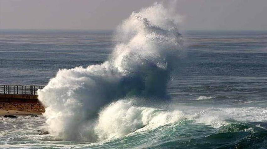 بالفيديو الأمواج العالية ت داهم سواحل مدينة جدة وطقس العرب يكشف عن الأسباب طقس العرب