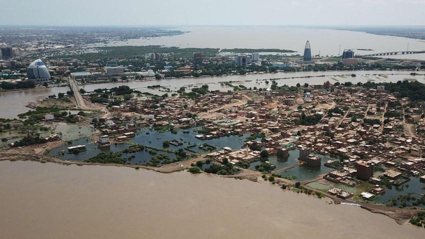 فيديو وصور | بعد أن شردتهم فيضانات قياسية.. عشرات الآلاف من السودانيين ينتظرون المساعدات