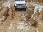 بعد أن دمرت السيول الطرق.. سكان العارضة ينقلون مرضاهم على الأكتاف