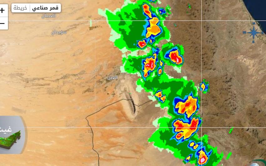 الإمارات | سُحب رعدية تقترب من مدينة العين .. وتوقعات بأمطار وغبار الساعات القادمة