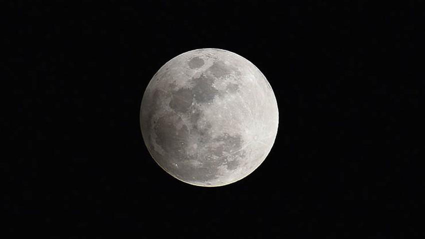 هواة الفلك يترقبون خسوف القمر يوم الأحد