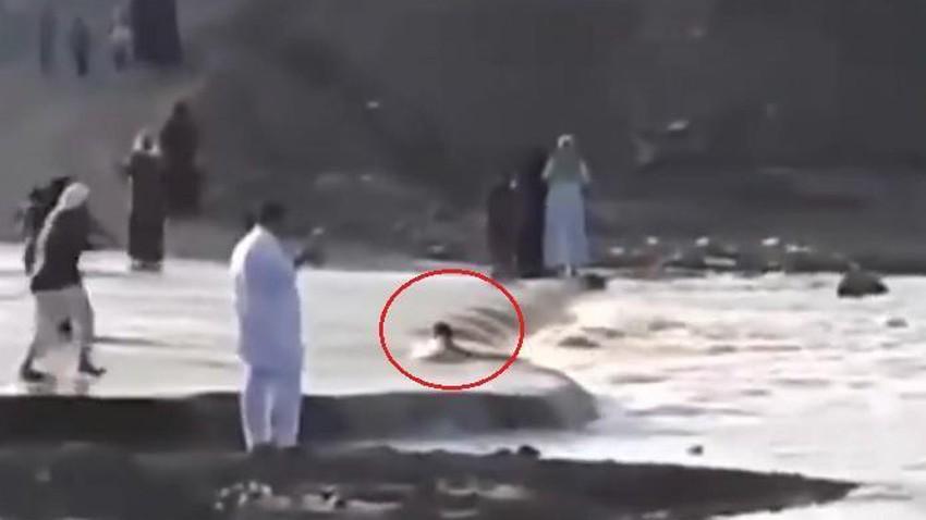 شاهد.. ردة فعل بطولية من أب سقط نجله في مجرى أحد السيول