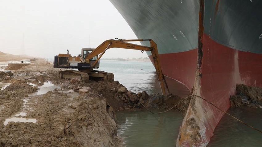 تعليق الملاحة مؤقتا في قناة السويس لحين إعادة تعويم السفينة العالقة