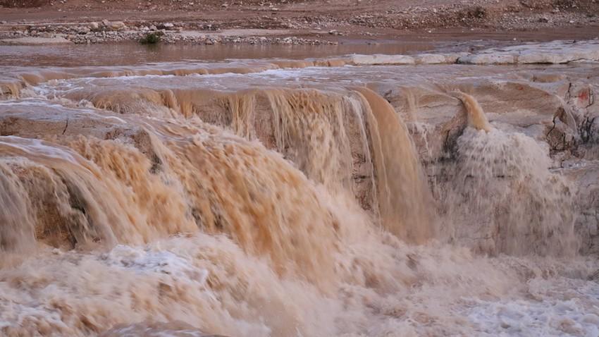 بالفيديو | وبشكل نادر .. أمطار وبروق وجريان للأودية في أجزاء من جنوب وشرق المملكة
