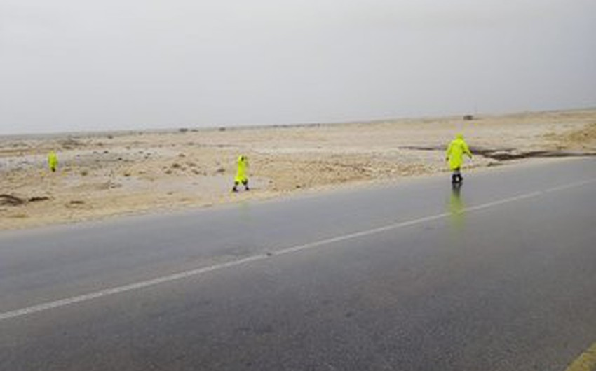 For the second day ... Omani civil defense and ambulance teams search for the lost stream of the Dhahban Valley