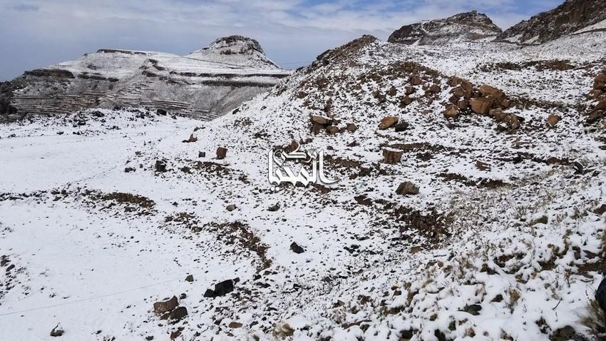 اليمن | بشكل نادر .. الثلوج تُغطي قمة جبل النبي شعيب في العاصمة صنعاء