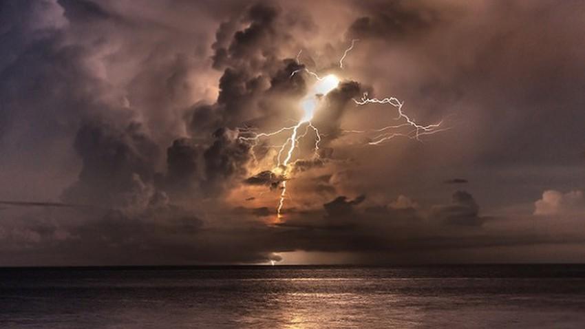 سحب رعدية وأمطار مُتوقعة في أجزاء مختلفة من الإمارات وعُمان الأحد والإثنين