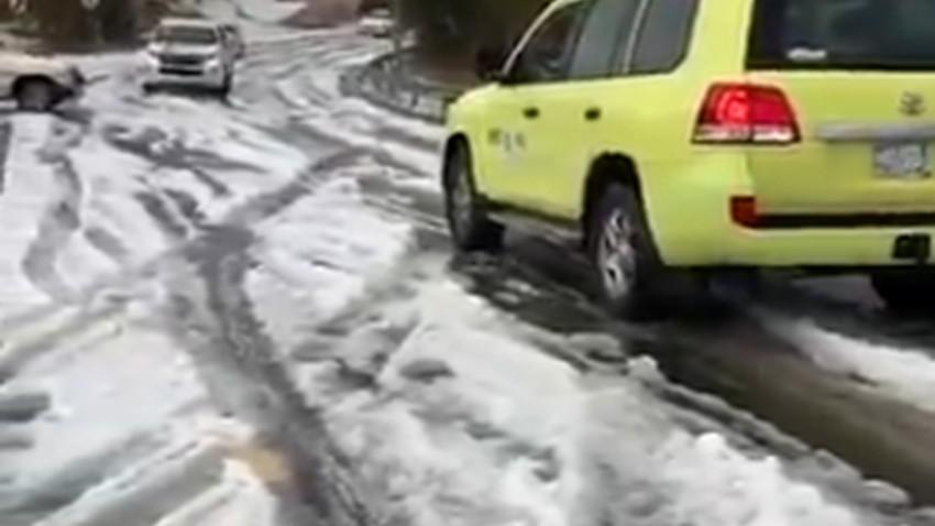 بالفيديو | سيارات عالقة بعد تساقط  كثيف للبرد على مركز طبب شمال غرب أبها