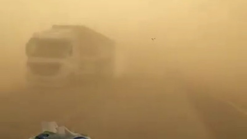 Jordan   Warning of heavy dust and almost lack of visibility on parts of the desert road