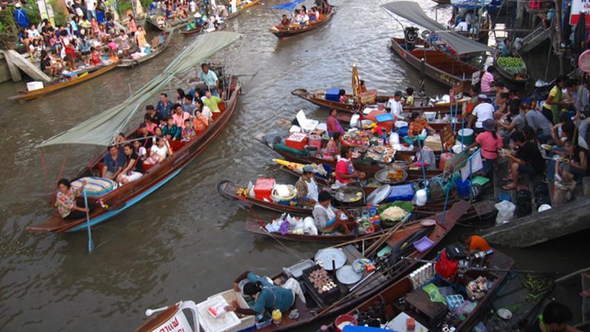الأسواق العائمة في بانكوك .. تجربة لابد من خوضها